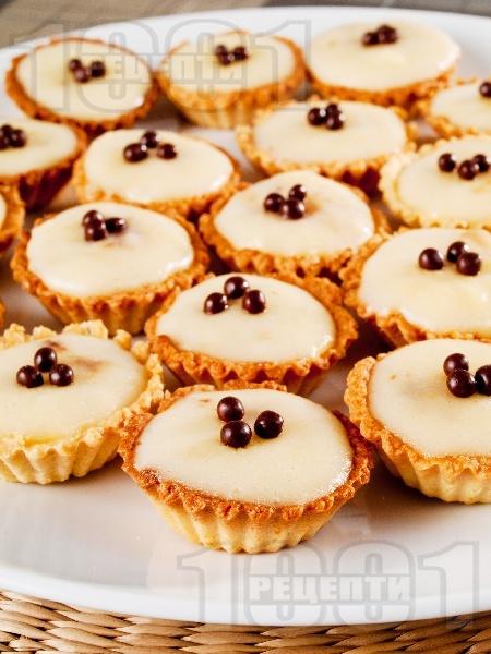 Сладки в кошнички с ванилов маслен крем - снимка на рецептата